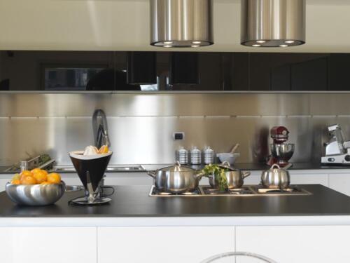 pentole di acciaio in cucina moderna ed elettrodomestici